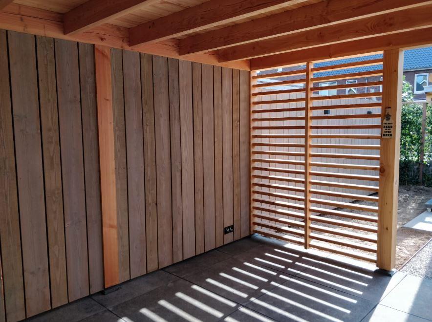 Realisatie tuinwand met bijzonder hout